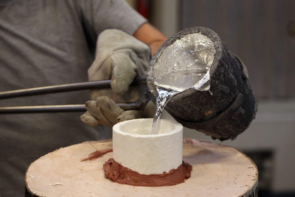 pouring aluminium or magnesium